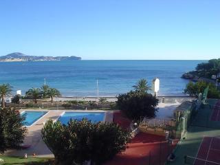 Vista del mar, playa y piscinas desde la terraza