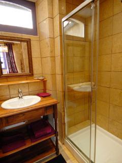 The en-suite comfortable bathroom of prune bedroom