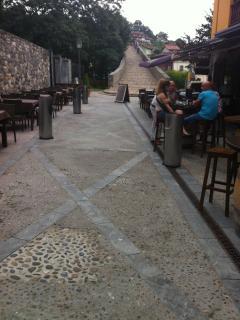 calles peatonales llenas de sidrerías, restaurantes, tiendas. Muy buen ambiente