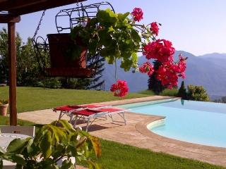 Mengarino, 3 bedrooms, fantastic views, and private infinity pool. WIFI. Barga