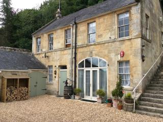 BATH -3 BEDROOM COACH HOUSE 10 MIN BATH SLEEPS 8 IN LOCAL VILLAGE NR CANEL