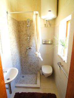 Main en-suite shower.