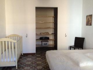 1 floor - bedroom / 1 piano - stanza con letto matrimoniale e culla