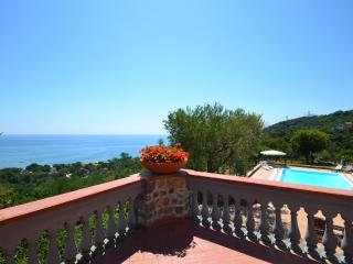 Alfresco dining beach Italian villa with sea view. Large swimming pool & parking