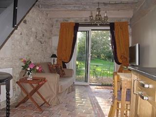 Côté salon vue sur le terrain par une grande baie vitrée