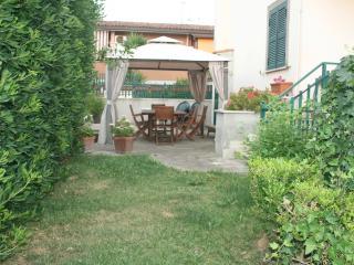Giardino attrezzato con tavolo e sedie