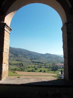 vista dalla piazza del comune sulla Val di Chio