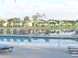 Lovely lakefront coach home with fresh tropical decor just minutes from beach, Nápoles