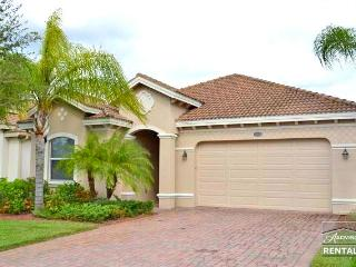 Spacious 3b/2b pool home with lake and full golf membership!, Naples
