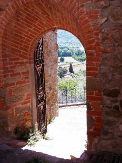 una porta nelle mura dietro la casa