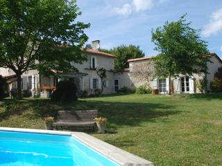 La Faurie old farmhouse for couples and families, Ribérac