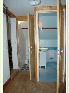 Entrées séparées WC et salle de bain.