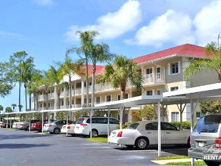 Lovely first floor two bedroom condo overlooking the golf course- Available only in the SUMMER months!, Naples
