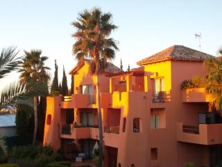 El Retiro Spacious Garden Apartment, Estepona