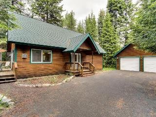 Pet-friendly wooded cabin w/shared pool & hot tub!, McCall