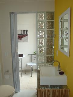 Banheiro novo e com espaço.