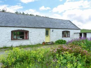KETTLE KNOWE, all ground floor, open fire, WiFi, garden with furniture, great base for walking, Ref 904654, Castle Douglas