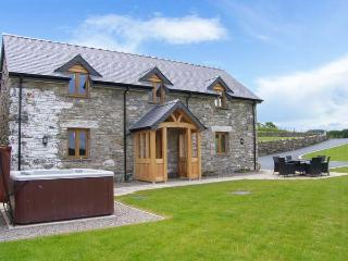 TYN Y CELYN, hot tub, WiFi, woodburner, wonderful views, en-suites throughout, near Ruthin, Ref. 904807