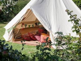 Magic cottage - cosy wood cabin with glamping tent, Fareham
