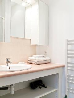 Salle de bain avec sèche cheveux à disposition