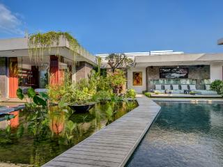 VILLA BANYU - HEAVENLY 4 BEDROOM SANCTUARY, PRIME LOCALE, DAILY BREAKFAST, Seminyak