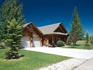 Hot Tub! 9 Miles to Targhee Resort! Perfect location! Free WiFi - 5 Stars!, Driggs