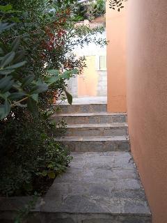 Scala che dall'ingresso della proprietà porta all'ingresso della casa