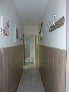 Couloir entre séjour et chambre, salle de bain