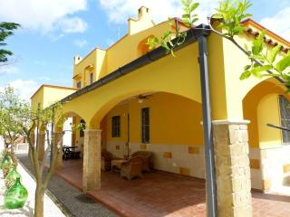 Villa Suzannah, superb seaside villa with own pool, Lendinuso