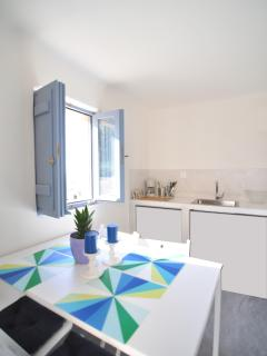 The sunny and equiped kitchen with the dining table