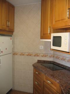 Cocina, con frigorífico, vitrocerámica, microondas, nespresso. Barra directa a terraza.