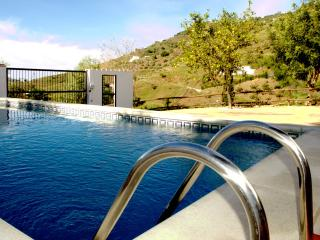 Spacious comfortable villa, large pool, sleeps 6