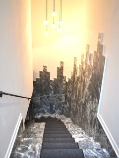 The staircase: its walls are inspired by the New York City skyline