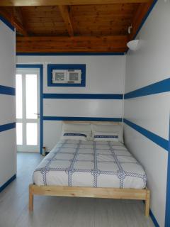 La camera matrimoniale ha il bagno interno e uno spazio per la prima colazione della coppia