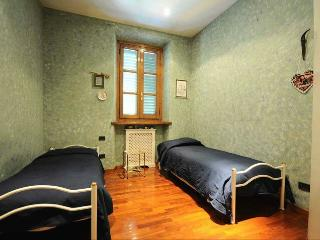 Large twin room in Tuscan Bed and Breakfast, jacuzzi in-house, Viareggio