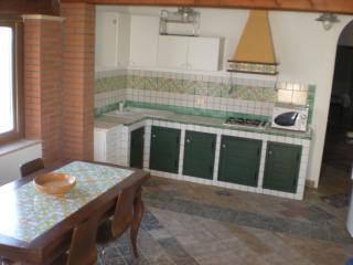 l'interno di un soggiorno con angolo cottura in muratura