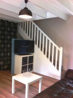 Coin Tv avec escalier menant à la chambre