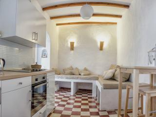 Sala de estar amplia con gran sofa, cocina nueva bien ubicada y mesa de comer