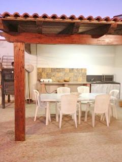 la tettoia in legno attrezzata per cucinare e divertirsi in libertà