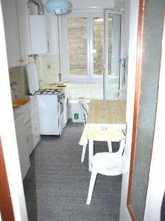 cucina attrezzata con tre posti tavola con balcone vista mare