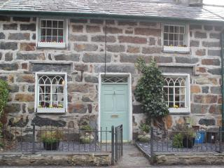 Beddgelert 2 Bedroom  cottage overlooking river