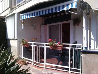 Balcón con acceso directo al jardín comunitario con piscina y juegos infantiles