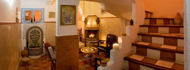 Salon, cuisine dans le fond et escalier à droite