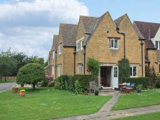 HAYS COURT COTTAGE, patio with furniture, WiFi, shared tennis court, Ref 903785