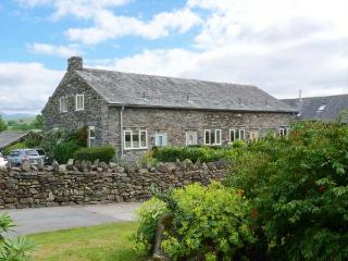 OWL BARN, en-suite facilities, fire, WiFi, patio with furniture, Ref 906015, Ings
