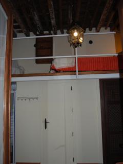 Dormitorio 2. Cama arriba, ducha, baño  y armario abajo
