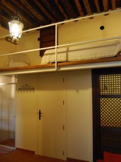 Dormitorio 1. Cama arriba, ducha, baño  y armario abajo