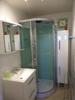 salle d 'eau avec douche et WC