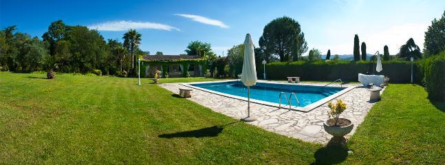 Gran piscina para bañarse durante los largos y calurosos días de verano.