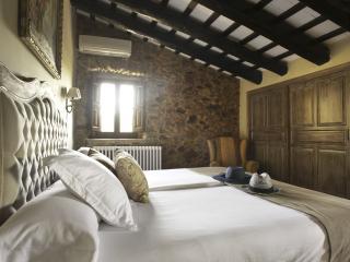 La habitación Sant Sadurni de l'Huera se encuentra en la Masía principal.